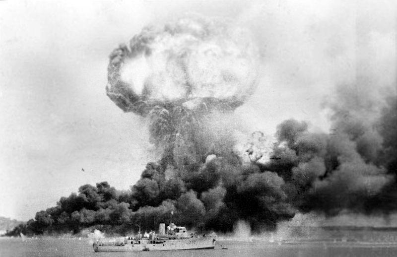 Explosão num depósito de combustível estadunidense durante a batalha de Darwin