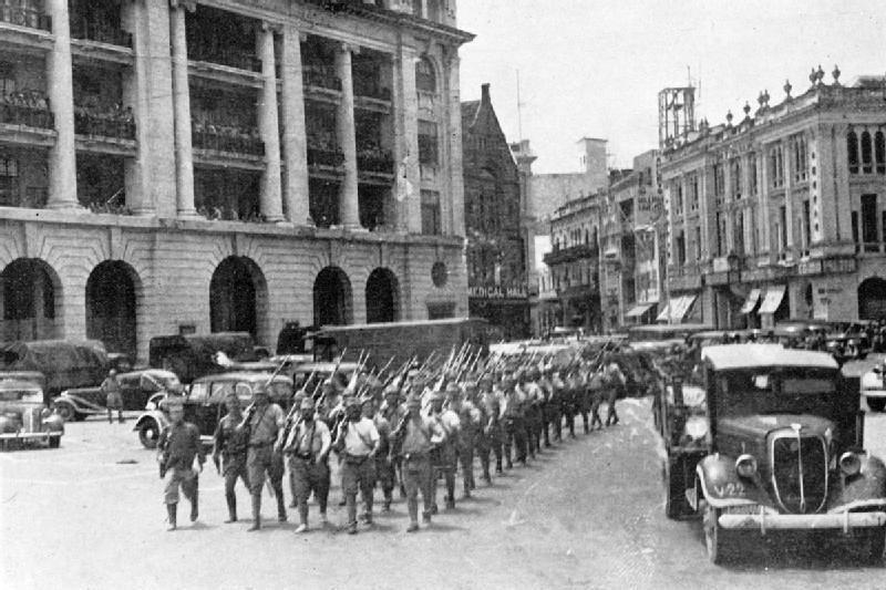 Tropas japonesas marcham por Singapura - Austrália na Segunda Guerra Mundial