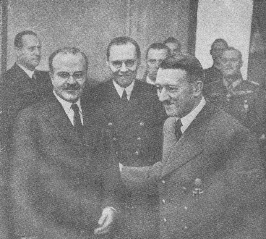 Molotov (esq) e Hitler em Berlim para negociar a adesão da União Soviético ao Eixo