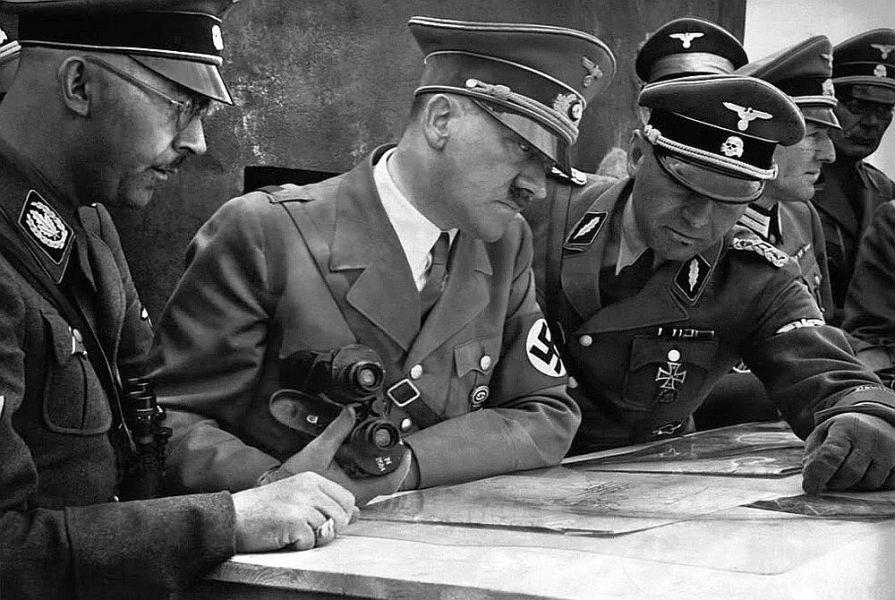 Adolf Hitler com seus oficiais