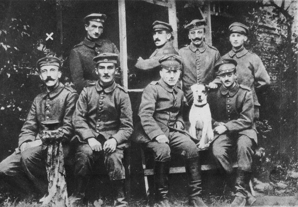 Adolf Hitler, durante a Primeira Guerra (Primeiro, sentado, da esq. para dir.)