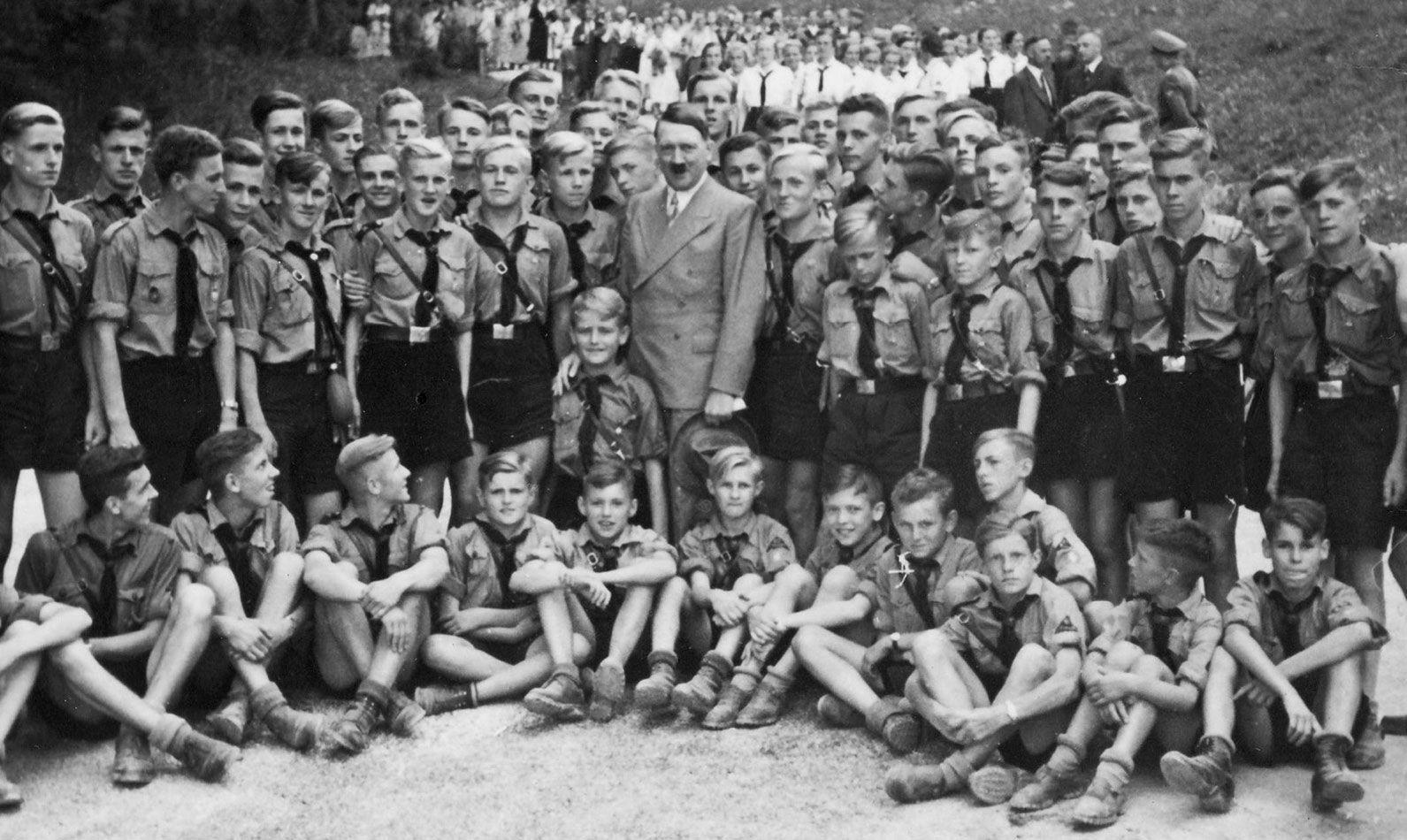 Adolf Hitler posa com membros da Juventude Hitlerista