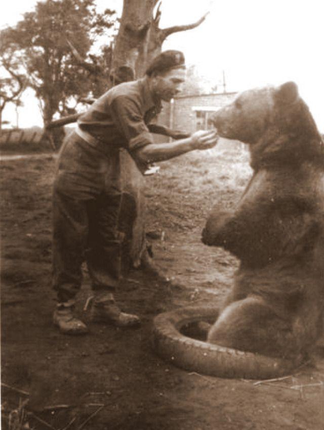 Soldado dando cigarro a Wojtek