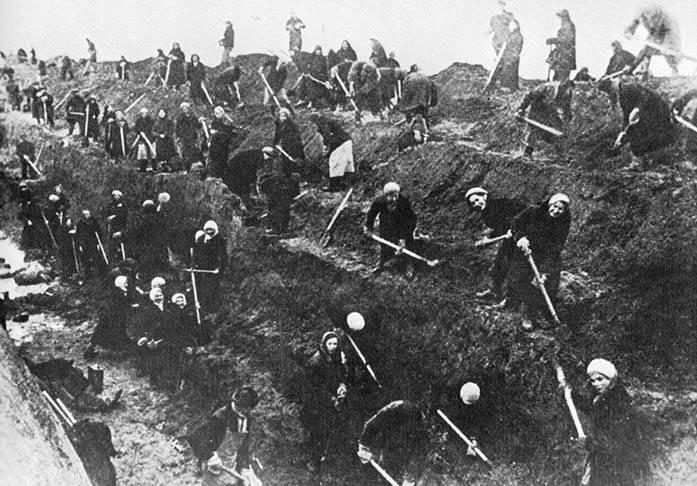 Mulheres soviéticas cavam trincheiras e armadilhas para tanques em Moscou em outubro/novembro de 1941