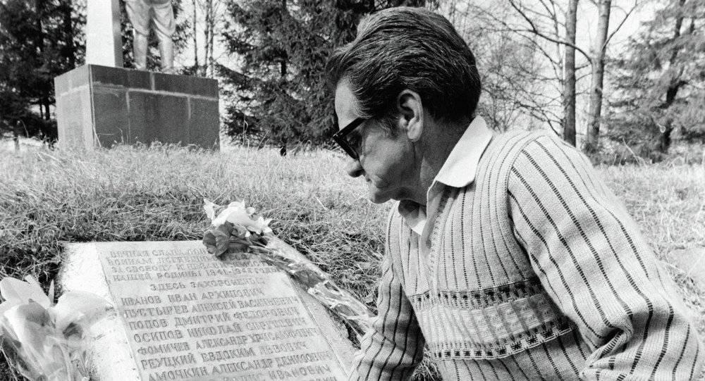 Jorge Vivó visitando o túmulo de seu irmão