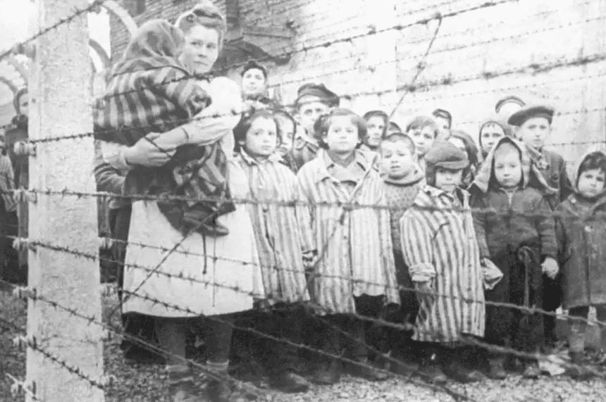 Uma enfermeira e crianças durante a libertação de Auschwitz